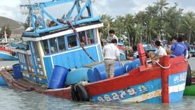 Một chiếc tàu bị chìm được lai dắt về