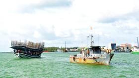 lai dắt tàu cá hỏng máy trôi dạt trên biển