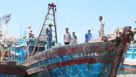 Một tàu cá Quảng Ngãi bốc cháy, 2 ngư dân bị thương