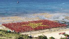 3.000 người xếp lá cờ Tổ quốc đảo Lý Sơn