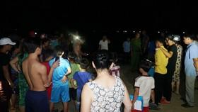 Người dân địa phương và các lực lượng cứu hộ tìm kiếm các học sinh bị đuối nước