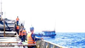 Lai dắt tàu cá ngư dân Quảng Ngãi gặp nạn về đảo Lý Sơn