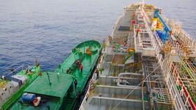 Quảng Ngãi: Bắt vụ san chiết xăng ngay trên biển