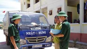 Lực lượng tuần tra kiểm tra xe tải vận chuyển dầu DO không rõ nguồn gốc