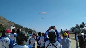 Người dân đổ về xem giải dù lượn quốc tế ở đảo Lý Sơn