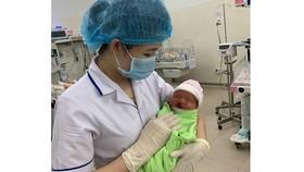 Một em bé dị tật vừa chào đời đã bị mẹ bỏ rơi