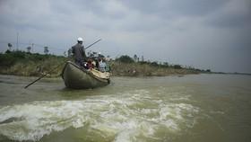 Nguy hiểm vượt sông của người dân giữa lòng sông Trà Khúc