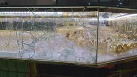 Quảng Ngãi: Đập vỡ kính lấy 4,5 cây vàng khi chủ tiệm đang xem bóng đá