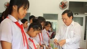 ĐHQG TPHCM trao học bổng cho học sinh Trung tâm Võ Hồng Sơn