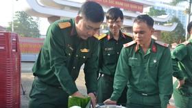 Quảng Ngãi: Bộ đội gói 160 cặp bánh chưng tặng người nghèo