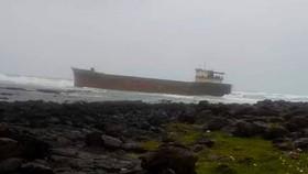 Tàu vận chuyển bị mắc cạn ở gành biển thôn Phước Thiện