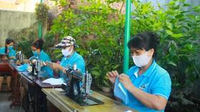 Quảng Ngãi: Cả làng may khẩu trang phát miễn phí chống dịch Covid-19