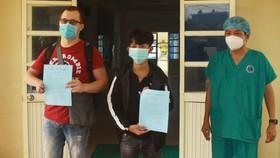 """Hai bệnh nhân Covid-19 ở Quảng Ngãi đã khỏi bệnh: """" Các y, bác sĩ đã chăm sóc tôi như người nhà!"""""""