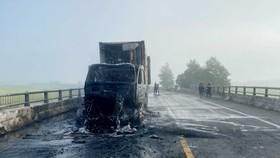 Quảng Ngãi: Đang lưu thông, xe container bất ngờ bốc cháy