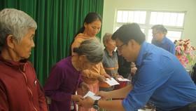 Thành đoàn TPHCM hỗ trợ người dân tỉnh Quảng Ngãi khắc phục bão số 9