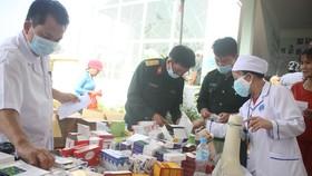 Đoàn công tác Bộ Quốc phòng khám, phát thuốc cho người dân tỉnh Quảng Ngãi khắc phục hậu quả bão số 9