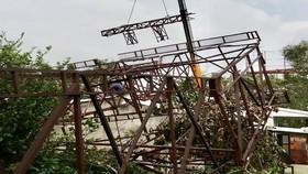Pano quảng cáo đổ sập 3 mái nhà dân ở Quảng Ngãi