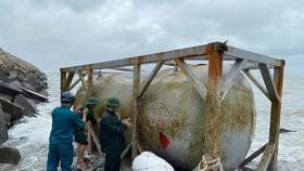 Ba vật thể lạ trôi dạt vào bờ biển Quảng Ngãi
