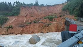 Quảng Ngãi: Tiếp tục sạt lở tuyến đường Trường Sơn Đông, di dời dân khẩn cấp