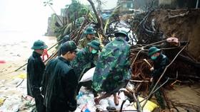 Bộ đội giúp dân chống sạt lở bờ biển Bình Hải