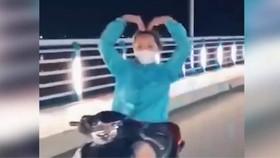 """Quảng Ngãi: Cô gái trong clip thả tay lái """"múa quạt"""" bị phạt 7,4 triệu đồng"""