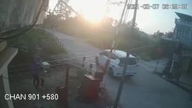 Video tàu hỏa đâm vào ô tô khiến 3 người thương vong