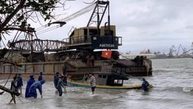 Quảng Ngãi: Sà lan trôi dạt khiến 8 tàu cá đang neo đậu hư hỏng
