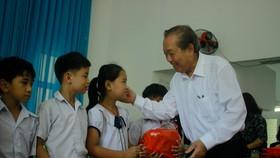 Phó Thủ tướng Trương Hòa Bình thăm Trung tâm Nuôi dạy trẻ khuyết tật Võ Hồng Sơn và dâng hương Địa đạo Hiệp Phổ Nam