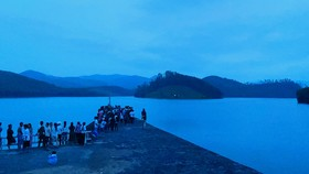 Quảng Ngãi: Chơi gần hồ nước, 2 người trượt chân đuối nước tử vong