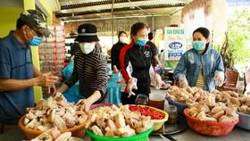 """Người dân Quảng Ngãi tự tay làm thịt ngâm mắm, kho cá ngừ để """"chia lửa"""" với TPHCM"""