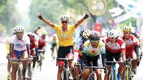 Tay đua Alex giành chiếc Áo vàng chung cuộc cho đội VUS TPHCM. Ảnh: HUY LIÊM