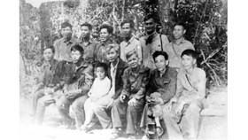 Đồng chí Võ Văn Kiệt (người ngồi thứ 4 từ phải sang) dự Hội nghị tổng kết công tác Cơ yếu B2 lần thứ nhất, năm 1973 (Nguồn: Tạp chí Cơ yếu Ban Cơ yếu Chính phủ)