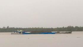Sà lan chở cát trên sông Hàm Luông. Ảnh: BÌNH KHÁNH