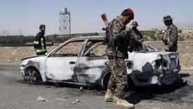 Chiếc xe hơi đánh bom tự sát ở đồn cảnh sát TP Gardez, tỉnh Paktia, Afghanistan, ngày 18-6-2017. Ảnh: REUTERS