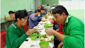 Lo cơm trưa giúp người nghèo vùng biên