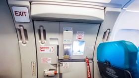 Nam hành khách mở cửa thoát hiểm máy bay bị phạt 2 triệu đồng