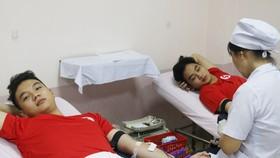 Vượt mưa bão, hàng trăm bạn trẻ tham gia hiến máu