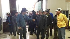 Hàng trăm người quây trụ sở VFF đòi mua vé