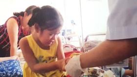 Bé 5 tuổi mắc bệnh hiểm, cha mẹ nghèo bế tắc
