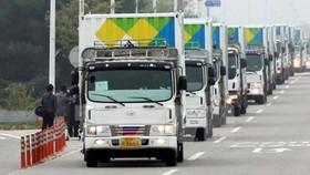 Đoàn xe chở hàng viện trợ nhân đạo tại trạm kiểm soát biên giới liên Triều ở thành phố Paju, tỉnh Gyeonggi. Ảnh: YONHAP