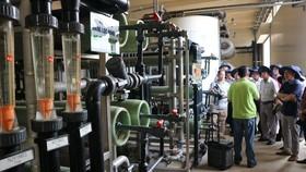Cán bộ, công chức phụ trách lĩnh vực môi trường 15 phường ở quận 4, TPHCM tìm hiểu về công nghệ và quy trình vận hành xử lý nước rỉ rác tại Công ty VWS