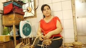 Chị Nguyễn Thúy Hà với mẫu sáng tạo giỏ bằng sợi lục bình mang lại hiệu quả cao cho Hợp tác xã Mây tre lá Ba Nhất. Ảnh: MAI HOA