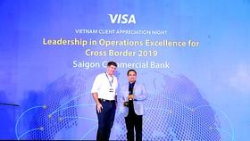 Ông Lê Quang Huy - Giám đốc Khối Thẻ và Ngân hàng số (vest xanh),  đại diện SCB nhận giải trong chương trình