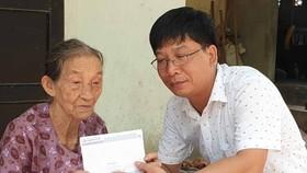 Đại diện Báo SGGP trao 14,5 triệu đồng giúp cụ Nguyễn Thị Chắc và con gái Nguyễn Thị Thắm