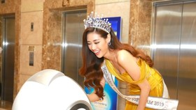 Tân Hoa hậu Hoàn vũ Việt Nam 2019 Nguyễn Trần Khánh Vân trải nghiệm Robot OPBA tại buổi ra mắt không gian giao dịch số.