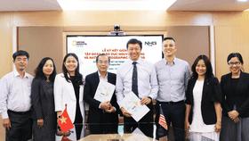 Đại diện Tập đoàn giáo dục Nguyễn Hoàng và National Geographic Learning (Hoa Kỳ) chụp ảnh lưu niệm trong lễ ký kết Biên bản ghi nhớ hợp tác