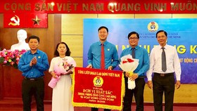 Phó Chủ tịch Thường trực Liên đoàn Lao động TPHCM Trần Đoàn Trung trao Cờ thi đua cho Công đoàn Viên chức TP. Ảnh:hcmcpv