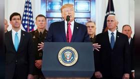 Tổng thống Mỹ Donald Trump đưa ra tuyên bố về Iran bên cạnh Bộ trưởng Quốc phòng Mỹ Mark Esper, Phó Tổng thống Mike Pence và các nhà lãnh đạo quân sự tại Nhà Trắng, ở Washington, Mỹ, ngày 8-1-2020. Ảnh: REUTERS