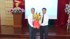 Ông Lê Duy Minh (trái) nhận quyết định làm Cục trưởng Cục thuế TPHCM.