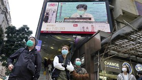 Người dân Hồng Kông đeo khẩu trang phòng chống dịch do virus Corona gây ra, ngày 31-1-2020. Ảnh: AP